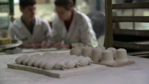 Leconcepteur en art et industrie céramiqueconçoit des formes et des décors pour l'industrie céramique